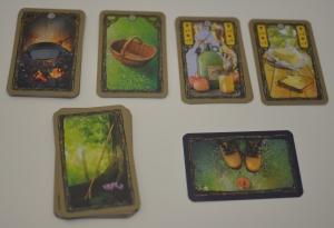 Por orden izqda a dcha: Carta de sartén, cesta, sidra, mantequilla, bastones y par de zapatos